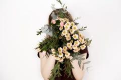 Mädchen mit einem Blumenstrauß Stockfotografie