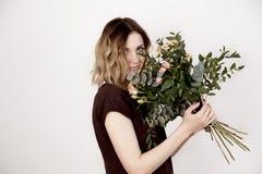 Mädchen mit einem Blumenstrauß Lizenzfreies Stockbild
