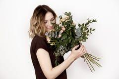 Mädchen mit einem Blumenstrauß Stockbilder