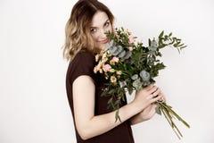 Mädchen mit einem Blumenstrauß Stockfotos