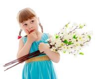 Mädchen mit einem Blumenstrauß der Blumen Lizenzfreie Stockbilder