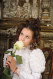 Mädchen mit einem Blumenstrauß der Blumen Stockfoto