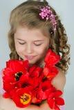 Mädchen mit einem Blumenstrauß der Tulpen lizenzfreies stockfoto