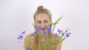 Mädchen mit einem Blumenstrauß von Kornblumen stock footage