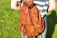 Mädchen mit einem braunen Rucksack Lizenzfreie Stockfotos