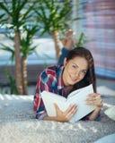 Mädchen mit einem Buch Lizenzfreie Stockbilder