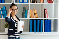 Mädchen mit einem Buch stockbild