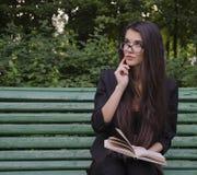Mädchen mit einem Buch im Park Lizenzfreies Stockfoto