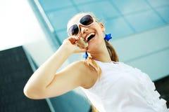 Mädchen mit einem Cell-phone Lizenzfreies Stockfoto