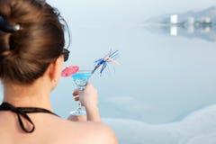 Mädchen mit einem Cocktail auf dem Strand Stockfotos