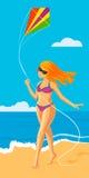 Mädchen mit einem Drachen auf dem Strand Lizenzfreie Stockbilder