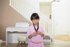 Mädchen mit einem emberrassed Gesichtsausdruck lizenzfreies stockbild