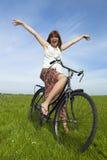 Mädchen mit einem Fahrrad Lizenzfreie Stockbilder