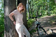 Mädchen mit einem Fahrrad Stockfoto