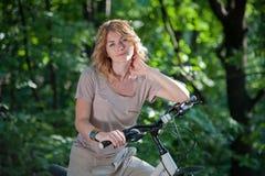 Mädchen mit einem Fahrrad Lizenzfreie Stockfotografie