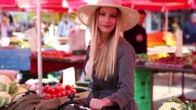Mädchen mit einem Fahrrad geht in den Markt stock footage