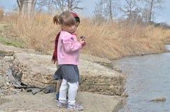 Mädchen mit einem Felsen Stockbild