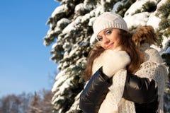 Mädchen mit einem flaumigen Schal Stockfoto