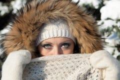 Mädchen mit einem flaumigen Schal Stockbild