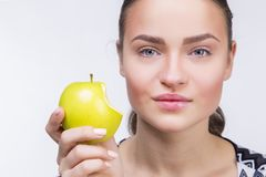 Mädchen mit einem gebissenen Apfel Lizenzfreie Stockfotos