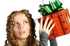 Mädchen mit einem Geschenk Lizenzfreies Stockbild