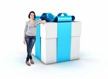 Mädchen mit einem Geschenk Lizenzfreies Stockfoto