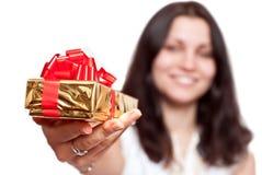 Mädchen mit einem Geschenkkasten stockfoto