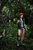 Mädchen mit einem Gewehr im Wald Lizenzfreie Stockfotos