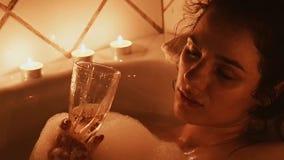 M?dchen mit einem Glas Champagner eines alkoholischen Getr?nkes ist ein Entspannung und eine Freizeit in einem Schaumbad stock video footage