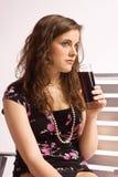 Mädchen mit einem Glas Koks lizenzfreies stockbild