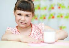 Mädchen mit einem Glas Milch Stockbilder