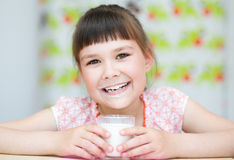 Mädchen mit einem Glas Milch Stockfoto