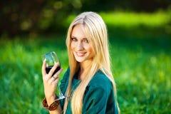 Mädchen auf dem Gras mit einem Glas Wein Lizenzfreies Stockfoto