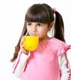 Mädchen mit einem Glas Saft stockbilder