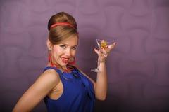 Mädchen mit einem Glas von Martini Lizenzfreie Stockfotografie