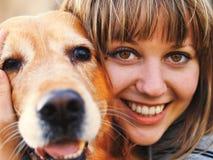 Mädchen mit einem golden retriever Lizenzfreies Stockfoto