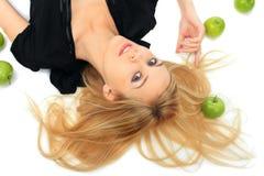 Mädchen mit einem grünen Apfel Lizenzfreies Stockfoto