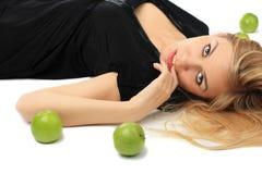 Mädchen mit einem grünen Apfel Stockfotos
