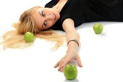 Mädchen mit einem grünen Apfel Stockbilder