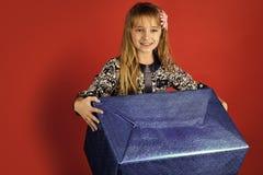 Mädchen mit einem großen Geschenk 26. Dezember, Feiertagsfeier und Partei 26. Dezember und Schwarzes Freitag Stockfotos