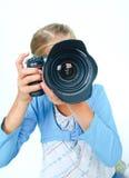 Mädchen mit einem großen Objektiv der Kamera. stockbilder