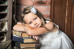 Mädchen mit einem großen Stapel Büchern Stockfotografie