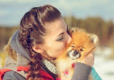 Mädchen mit einem Haustier Stockfotos