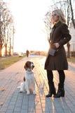 Mädchen mit einem Hund Stockbild
