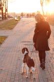 Mädchen mit einem Hund stockfotografie