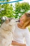 Mädchen mit einem Hund in der Natur stockfotografie