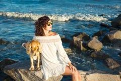 Mädchen mit einem Hund ein goldenes englisches Spaniel auf dem Schwarzen Meer 2017 lizenzfreie stockfotografie