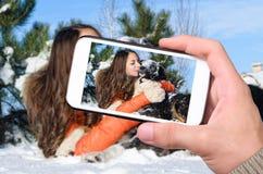 Mädchen mit einem Hund im Schnee Stockbilder