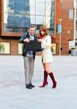 Mädchen mit einem Kerl, der auf der Straße steht Stockbilder