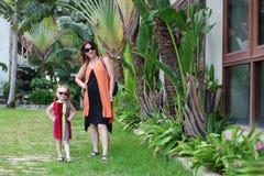 Mädchen mit einem Kind in der Sonnenbrille stockfoto